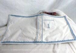 Petite taie d'oreiller de forme rectangulaire, entièrement fait main, avec poche et monogrammes brodés et dentelle tout autour.