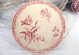 Petite assiette de 18 cm de diamètre en faience de Sarreguemines aux dessins de fleurs roses.