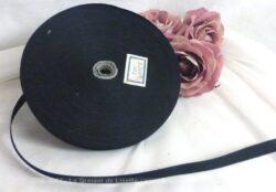 Ancien rouleau de contrefort léger noir de plusieurs dizaines de mètres.