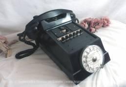 Ancien standard téléphonique avec son cadran de la marque Ericsson et datant des années 50/60.