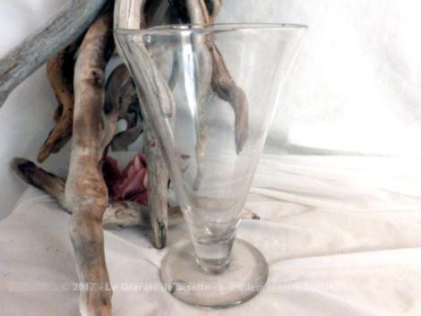 Ancien verre à pied gradué de laboratoire, avec graduation à la main.