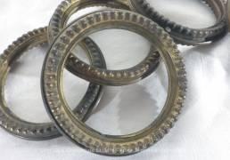 Lot de 9 anciens anneaux à rideaux en laiton de 6 cm de diamètre intérieur. Très vintage.