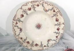 Une assiette des faiences E. Bourgeois aux dessins guirlande de fleurs, de feuille set d'oiseaux avec une rose au centre.