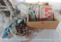 Ancien coffret en bois de jeu du loto avec 24 grille et ses numéros en bois .