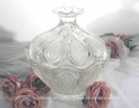 Grande bonbonnière en verre aux dessins en pointe avec son couvercle.