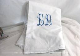 Ensemble d'un ancien drap en coton épais drap et son couvre oreiller assorti, tous les deux brodés des monogrammes CD de couleur bleu.