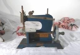 """Ancienne petite machine à coudre, de la la marque """"Piq-Bien"""", jouet pour enfant datant des années 50. Made in France."""