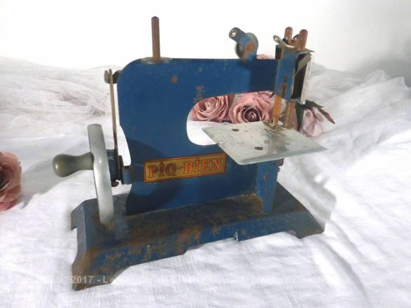 ancienne petite machine coudre jouet le grenier de lisette. Black Bedroom Furniture Sets. Home Design Ideas