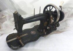 Ancienne machine à coudre à manivelle.