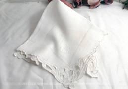 Ancien mouchoir de mariée brodé des monogrammes FD et de dentelle Richelieu dans les angles.