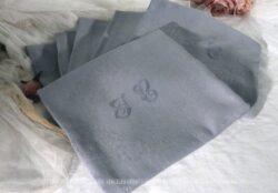 Six anciennes serviettes damassées, teintées en gris et gravées des monogrammes JC. Frais de port offerts.