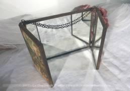 Ancien petit miroir triptyque de barbier avec sa chaîne et ses dessins de calèche.