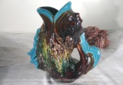 """Pichet poisson en céramique style """"Vallauris"""" des années 70."""