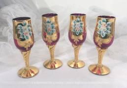 Lot de 4 verres en verre de Bohème, éclatants de lumière en verrerouge vermillon avec peinturecouleur or.