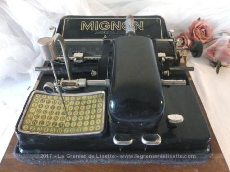 Très ancienne machine à écrire modèle MIGNON datant des1920/1930, très originale car elle fonctionne manuellement sans clavier.