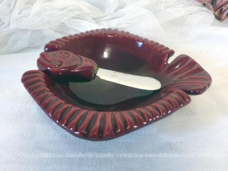 Beurrier en céramique de couleur bordeaux en forme de poisson et son couteau .