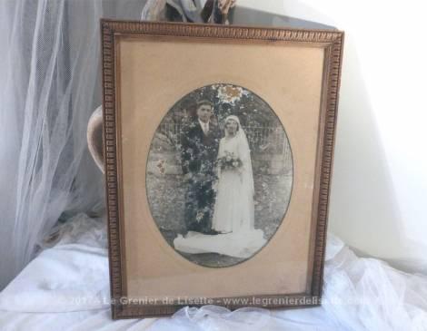 Ancien cadre avec photo usée d'un couple de mariés de la fin du XIX°.