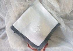 Ancien mouchoir fait main avec borduregrise et brodé des monogrammes MP