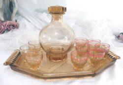 Ancien service à liqueur en verre avec plateau, carafe et ses 9 petits verres dont 3 d'une sorte et 6 d'une autre.