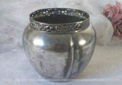 Pot en métal argenté avec pourtour ciselé et poinçons.
