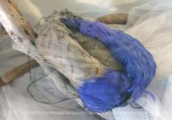 Ancien chapeau bibi plumes grises et bleu/parme avec belle voilette.
