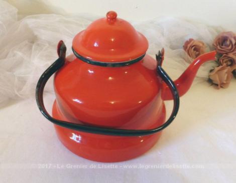 Ancienne bouilloire vintage originale par sa couleur émaillée rouge.