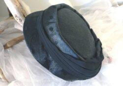 Chapeau vintage rond noir en tissus satiné, fait main.