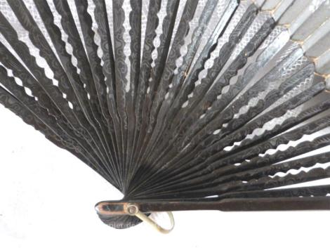 Ancien éventail en papier décoré dedessins et ossature en bambou laqué en noir.