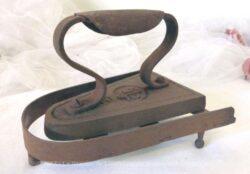 Ancien fer à repasser en fonte de la fin du XIX° et son support.