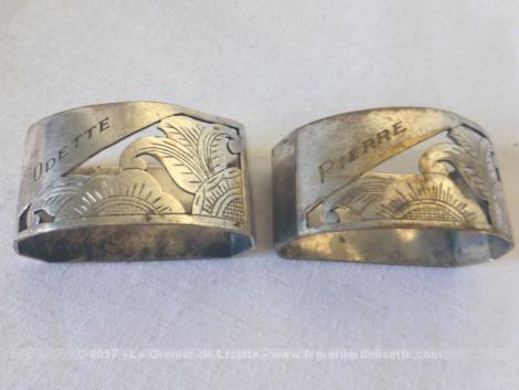 Dans leur belle boite d'origine, voici deux anciens ronds de serviette, en métal argenté, gravés des prénoms Odette et Pierre.