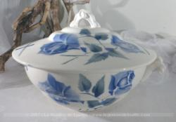 """Ancienne soupière en faïence de """"Longchamp"""", tendance shabby avec ses roses bleues."""