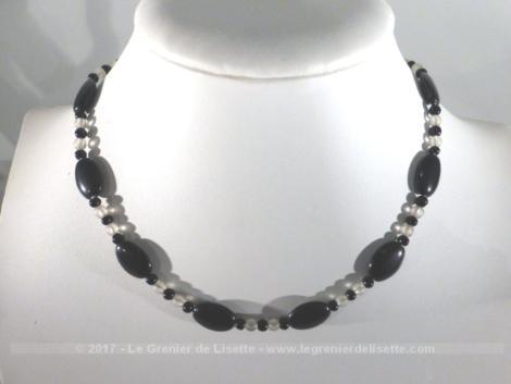 Ancien collier ras de cou en pierre noire et perles de verre de couleur translucide.