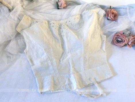 Ancien cache corset, fait main, avec broderie datant du XIX°.