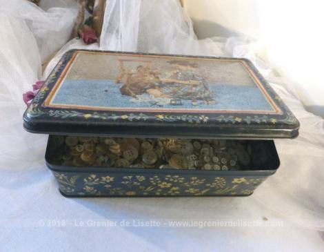 Ancienne boite en métal avec sérigraphies remplie de plus de 800 g de boutons en nacre.
