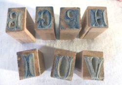 Lot de 7 petits tampons différents pour broder un monogramme sur les mouchoirs.