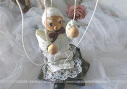 Petite marionnette à fils représentant une Grand-Mère avec tete, pieds et mains en bois.