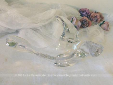 Voici un ancien vide-poche ou coupelle en cristal en forme d'oiseau en plein vol.