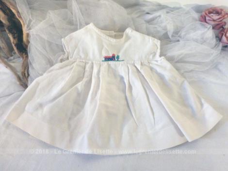 Ancien tablier robe pour fille ou garçon fait main avec broderies aux points de croix.