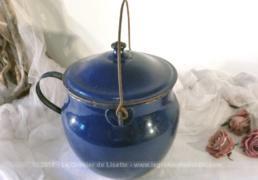 Ancien chaudron émaillé en bleu avec anse et poignée.