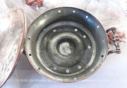 Ancien chauffe-plat en cuivre et métal argenté aux anses très ouvragées.