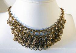 Ancien collier vintage forme raz de cou et décoré de superbes breloques en forme de roses, le tout en métal doré .