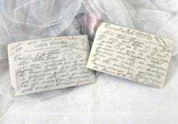 Deux cartes postales anciennes colorisées de la même fillette, portant des fleurs.