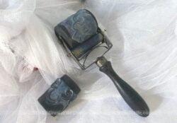 Ancien rouleau festonneur de 18 cm de long et ses deux tampons.