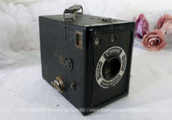"Ancien appareil photo Coronet, forme box, ""made in England"" datant de 1937."
