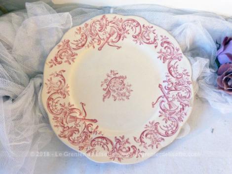 Assiette au beau décor rose, modèle Héléna, en terre de fer des faïenceries Longchamp.