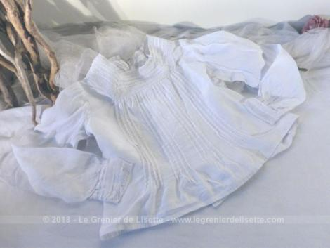 Ancien chemisier en dentelle et plis religieuses pour petite fille