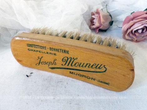 """Ancienne brosse à habits en bois avec marquage publicitaire """"Joseph Mouneur""""."""