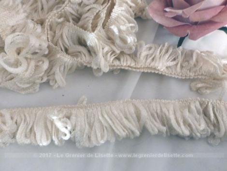 Voici 200 cm d'ancienne passementerie d'ameublement de blanc ivoire, à utilisé double ou ouvert.