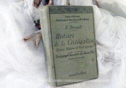 """Daté de 1914, voici un ancien livre sur """"l'Histoire de la Civilisation , Histoire moderne et contemporaine de l'Enseignement Secondaire des Jeunes Filles, Cinquième année de E. Driault""""."""