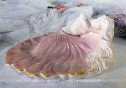 Porte savon rose avec en relief une baigneuse aux longs cheveux et sa jupe ample.